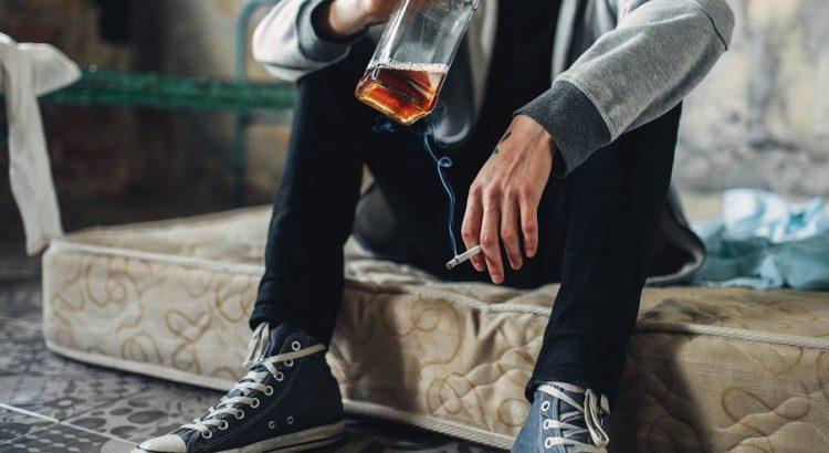 mężczyzna z butelką alkoholu
